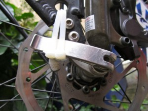 В простейших случаях защитой от вора может являться крепление эксцентрика пластиковой стяжкой.